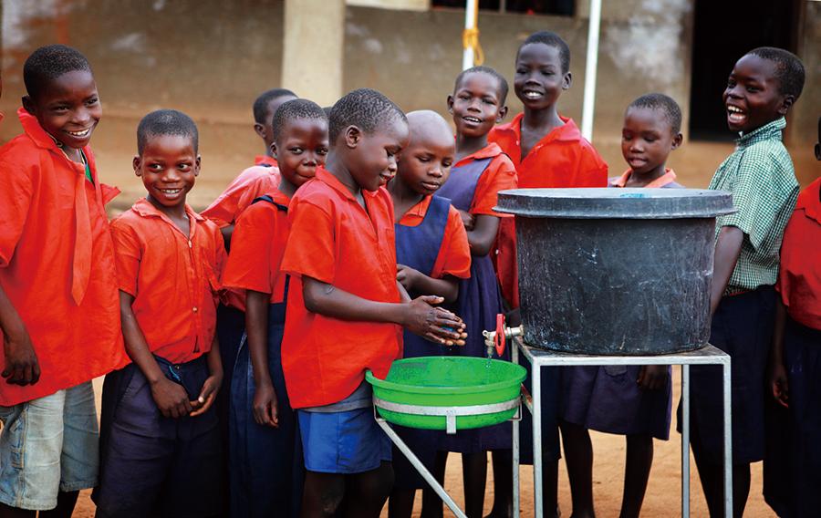 「100万人の手洗いプロジェクト」は、サラヤが2010年から取り組む アフリカ・ウガンダで子どもたちの命を守る手洗いを広めることを目的としたユニセフ支援プロジェクトであり、またその一環として、国内においても「手洗い」を促進するための活動を日本ユニセフ協会と共同で幅広く展開しています。